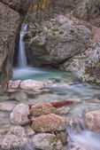 Waterfall in the rocks in the mountains, Monte Cucco NP, Appenni — Stockfoto