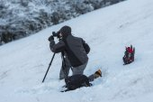 Photographer working in the mountains in winter with snow, Umbri — Stock Photo
