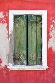 Finestra con persiane chiuse verde. — Foto Stock