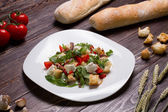 Vegetable salad with croutons and mozzarella. — Stock Photo