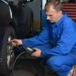 Проверка давления в шинах — Стоковое фото #56643515
