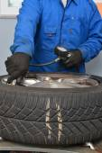 Checking air pressure in tire — Stock Photo
