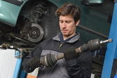 Auto Mechanic is working in car repair shop — Stock Photo