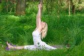 Donna pratiche yoga nella natura — Foto Stock