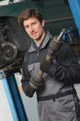 Mecânico de automóveis está trabalhando na oficina de carro — Fotografia Stock