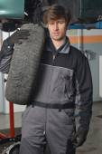 Car Mechanic And Spare Tire — Stockfoto