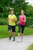 Genç bir çift koşu — Stok fotoğraf
