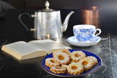 Delicious jam cookies with cup of tea — Fotografia Stock