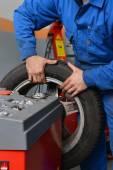 Mechanic changing car tire — Stock Photo
