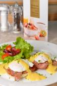Eggs Benedict- toasted English muffins — Foto Stock
