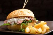 Gourmet burger with roast beef and potatoes — Stock Photo