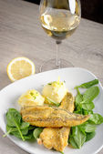 Fish fillet with mashed potatoes  and white wine — Stock Photo