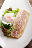 Steamed fish fillet with poached egg — Stockfoto