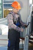 Giovane manutentore aria condizionata sistema di fissaggio — Foto Stock