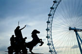 Boudiccan Rebellion sculpture and London eye — Stock Photo
