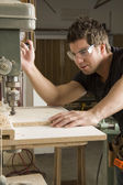 Stolarz w pracy na zadania przy użyciu elektronarzędzia — Zdjęcie stockowe