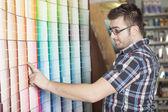 Een ijzerhandel klant doen sommige winkelen voor zijn project — Stockfoto