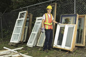 Un trabajador que reciclar cosa sobre reciclar centro — Foto de Stock