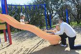 Отец и дочь, играющая на понижении — Стоковое фото