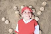 Uma criança bem feliz jogar beisebol — Fotografia Stock