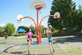A mother play basketball with his daughter — Stock Photo