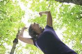 Ormanda duran güzel 30 yıl yaşlı kadın — Stok fotoğraf