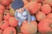 Chlapec s úsměvem batole s dýní na chladné podzimní den — Stock fotografie
