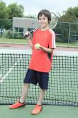 Chlapec tenista učení, jak se chystá hrát tenis — Stock fotografie