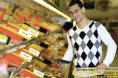 Young Family couple choosing food in supermarket. — Stock Photo
