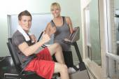 Young athletic couple in gym on training — Foto de Stock