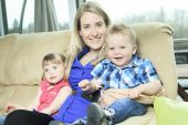 A mother with is two kid on the sofa — Stock Photo