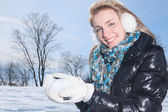 A beautiful woman on the blue sky of Quebec winter — Stock Photo