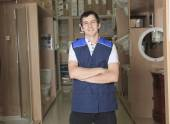 A sales assistant portrait in home appliance shop supermarket st — Stockfoto