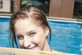 Photo of happy girl in pool smiling at camera — Stock Photo