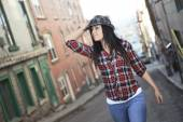 Woman walk hat — Stock Photo