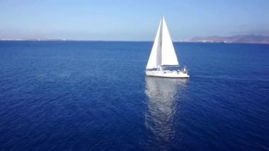 Sailing boat navigating with open sails — Stock Video