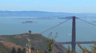 Golden Gate Bridge and Alcatraz Island in San Francisco — Stockvideo