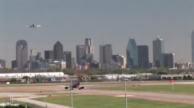 Dallas Skyline and Love Field Airport with Planes — Vidéo