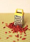 Little grater and red raisins — Zdjęcie stockowe