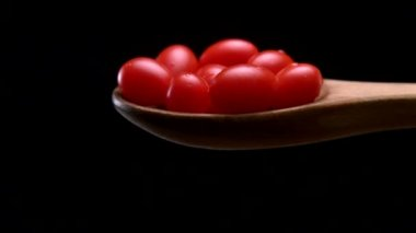 Cherry tomatoes falling off spoon — Stock Video