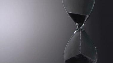 Fény spektrálispísky pohybují přes hodinu skla — Stock video