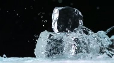 Water splashing against ice cubes — Stock Video