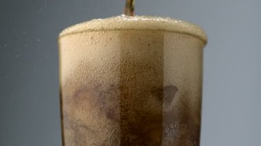 Pouring soft drink into glass — Vídeo de stock