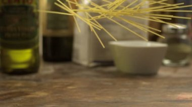 Throwing spaghetti on table — Vídeo stock