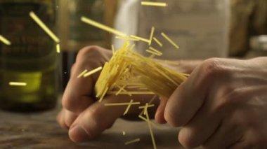 Breaking spaghetti on table — Stock Video
