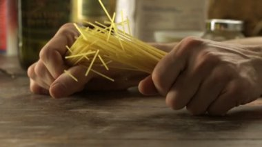 Breaking spaghetti on table — Stock Video