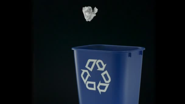 Tossing paper into trash can — Vidéo