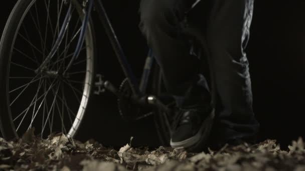 Pushing bike on dried leaves — Vidéo