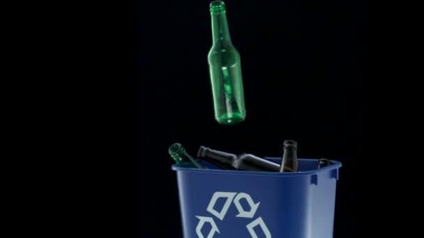 Throwing bottle into trash — Vidéo