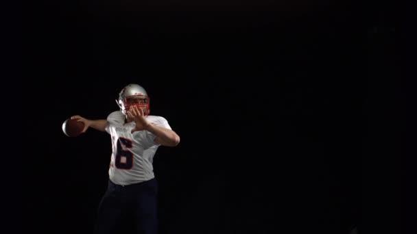 Joueur de football, lancer la balle — Vidéo